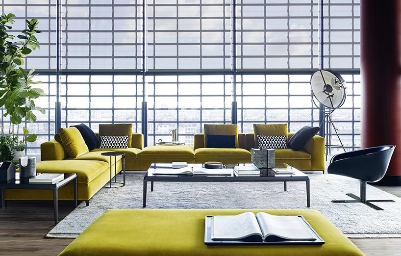 duże loftowe wnętrze zszeroką kanapą zkolorem roku