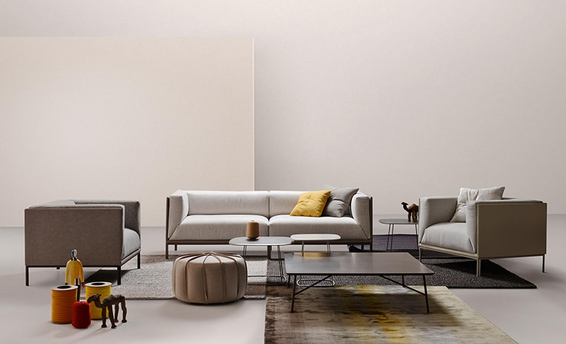 wnętrze podzielone kolorystycznie zkwadratowymi fotelami oraz kanapą