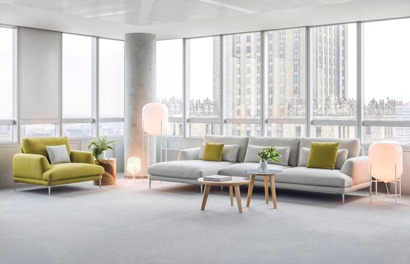 open space zdużymi wygodnymi kanapami wkolorze żółtym oraz szarym