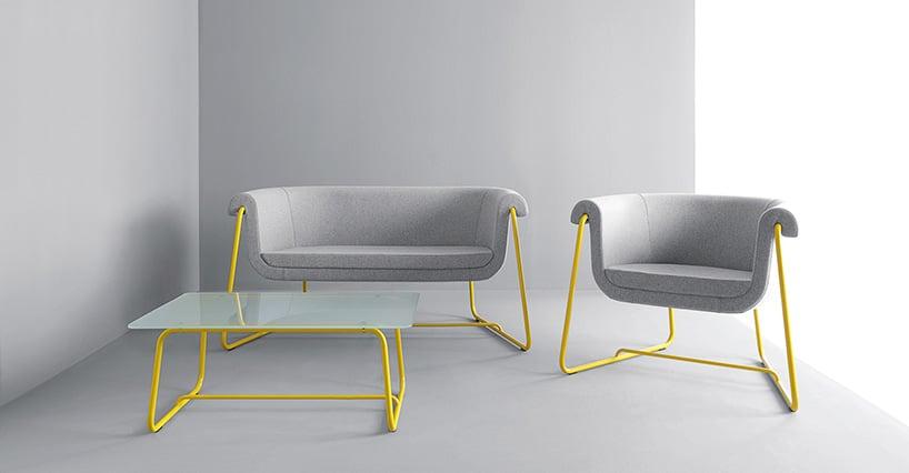 żółta rama foteli wkolorze szarym przy szklanym stole