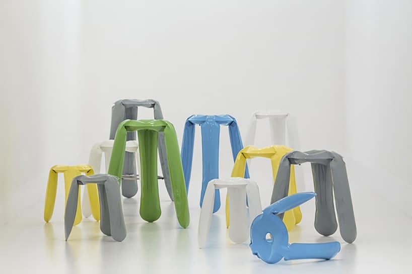 kolorowe stołki na szarym tle