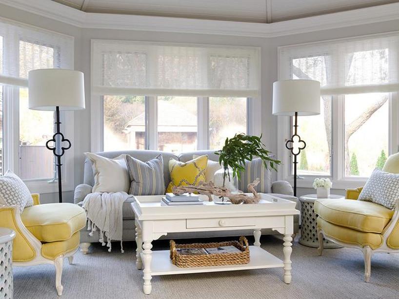 pałacowe wnętrze wjasnych przytulnych szarościach przełamanych kolorem żółtym