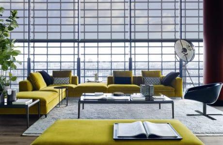 duże loftowe wnętrze z szeroką kanapą z kolorem roku
