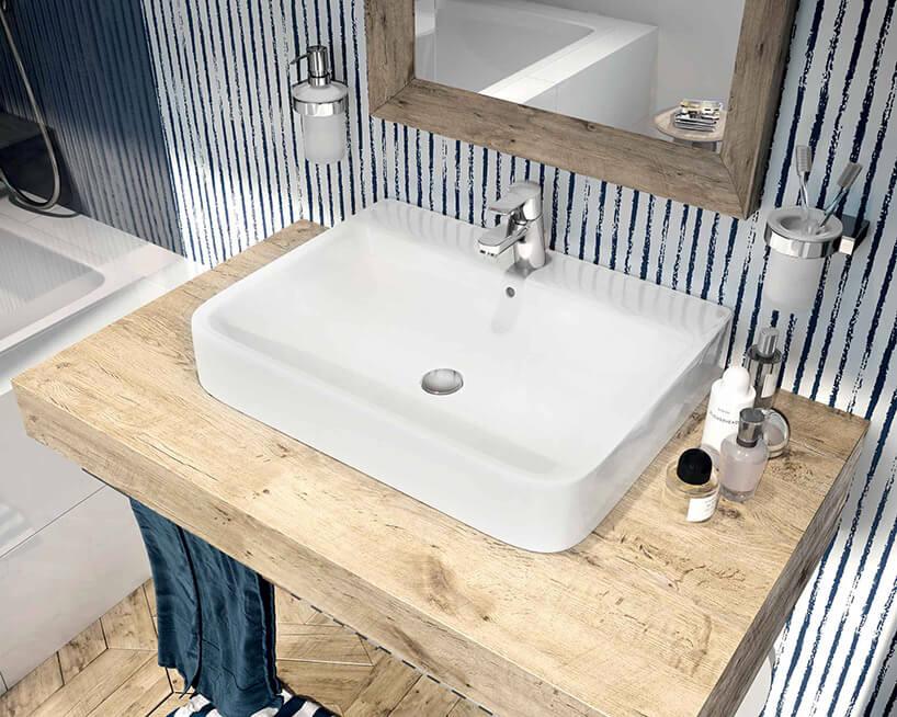 biała umywalka na drewnianym blacie