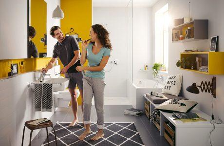 para w nowoczesnej białej łazience z żółtymi dodatkami