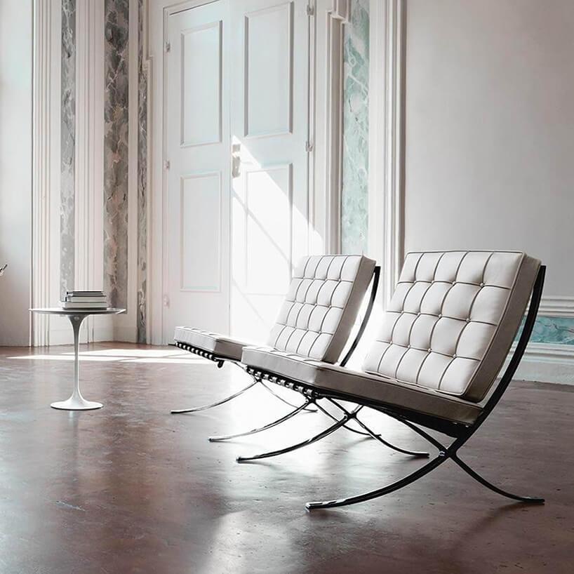 Bauhaus dwa białe krzesła Barcelona Chair, projetu Mies van der Rohe z1929