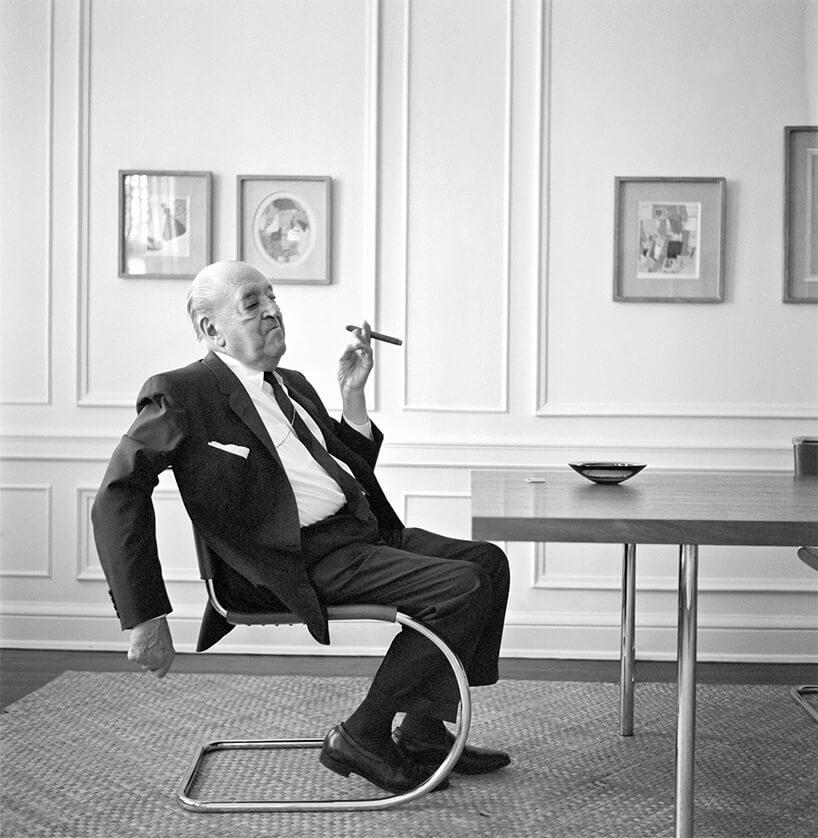 czarno-białe zdjęcie mężczyzna palący cygaro Mies van der Rohe