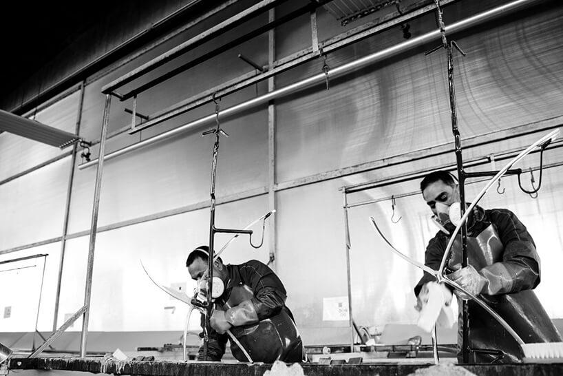 czarno-białe zdjęcie dwóch mężczyzn wmaseczkach podczas produkcji krzesła Barcelona