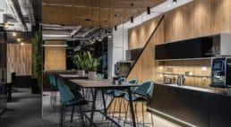 betonowe wnętrze biurowca
