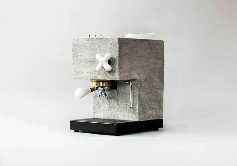 betonowy ekspres do kawy zczarną podstawą