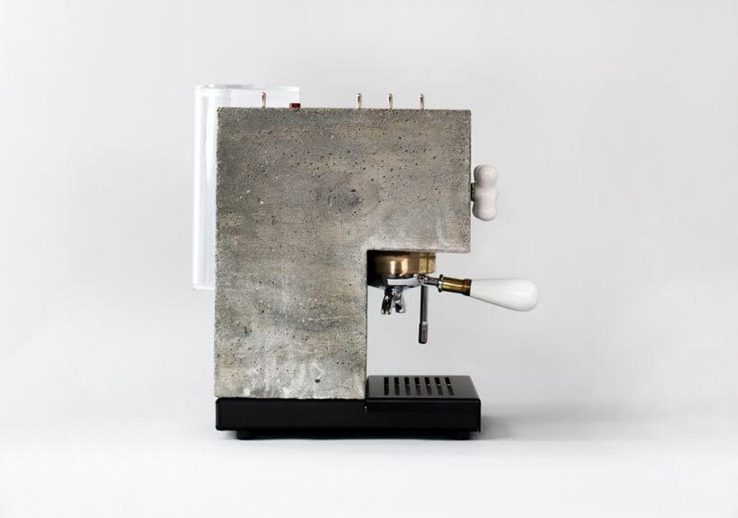betonowy ekspres do kawy zboku