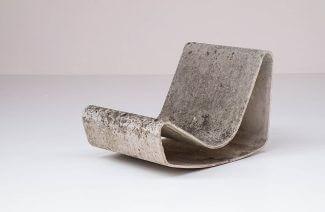 fotel z wygiętej tafli betonu