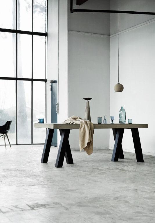 duży stół na betonowej podłodze