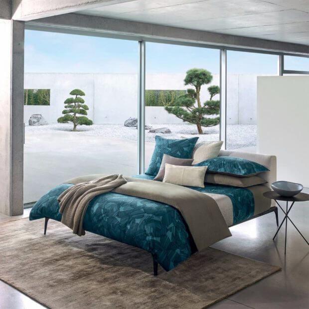 łóżko na betonowej podłodze