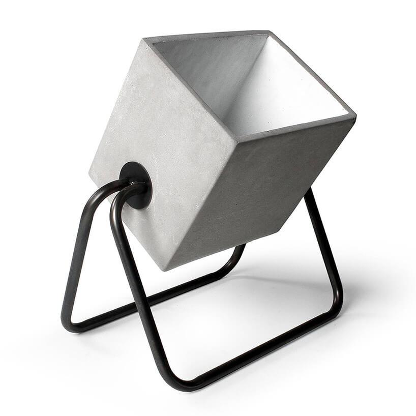 betonowa lampa podłogowa