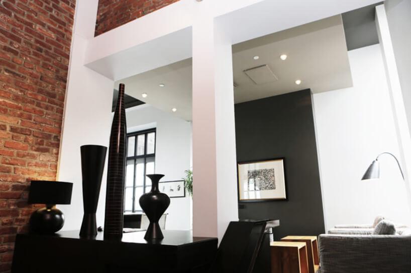 czarne dekoracje na tle ceglanej ściany