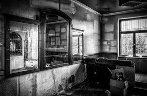 betonowe wnętrze w czarno-białym kadrze