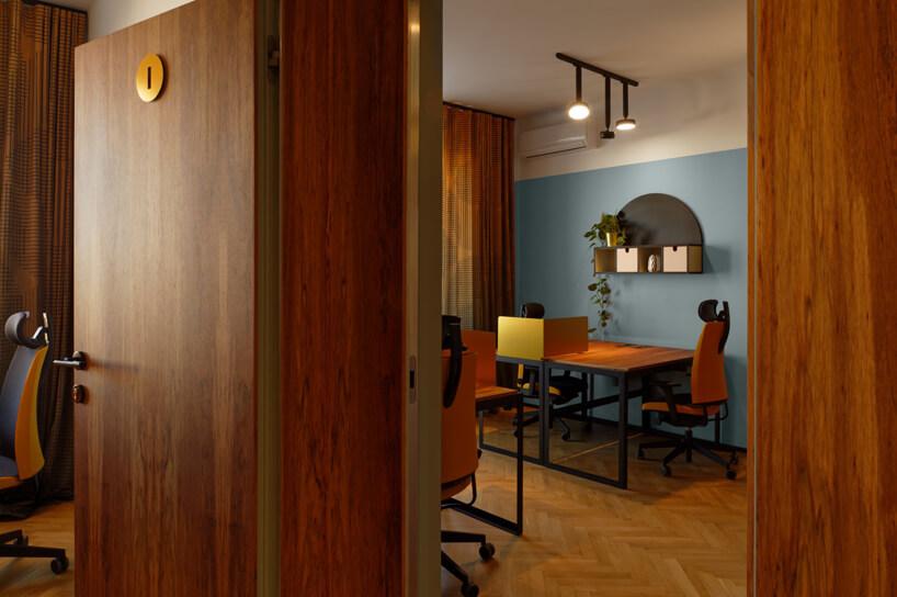 brązowe wnętrze Warszawski Ul od Beza Projekt biuro zparkietem idrewnianymi drzwiami