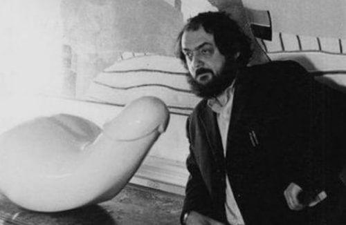 Kubrick obok białej rzeźby