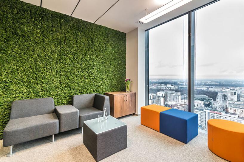 nowoczesne szare niebieski ipomarańczowe siedziska wbiurze na tle ściany zmchu