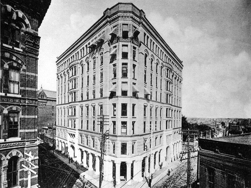 trójkątny stary biurowiec Equitable Building na czarno białym zdjęciu