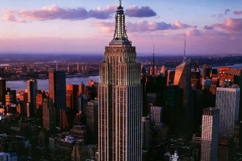 zdjęcie zwieńczenia biurowca Empire State Building podczas zachodu słońca