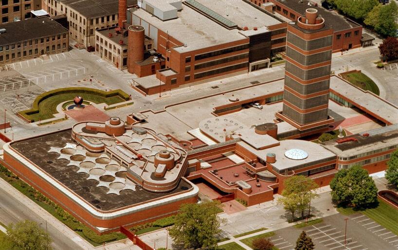 rozległy wkolorze ceglanym kompleks biurowy zcentralnym wieżowcem Johnson Wax Headquarters