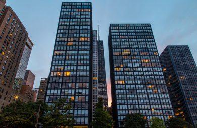 dwa nowoczesne przeszklone biurowce Glass House o zmierzchu