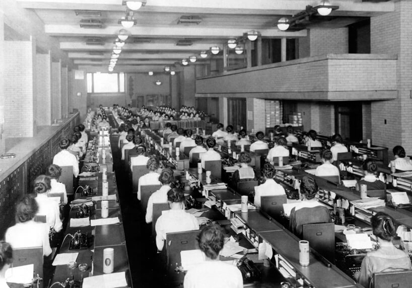 czarno białe zdjęcie wnętrze biura wLarkin Building rzędy kobiet orzy małych biurkach piszących na maszynie