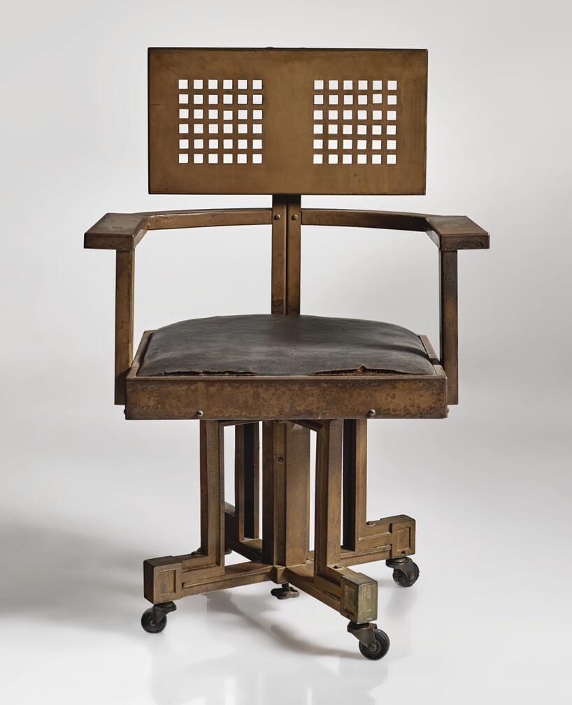 zdjęcie brązowego starego krzesła na kółkach projektu F. L. Wrighta