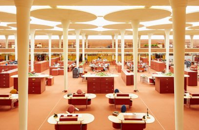 pomarańczowe wnętrze biurowca Johnson Wax Headqarters z owalnymi biurkami sufitem przepuszczającym światło przez zamglone panele z wysokimi filarami