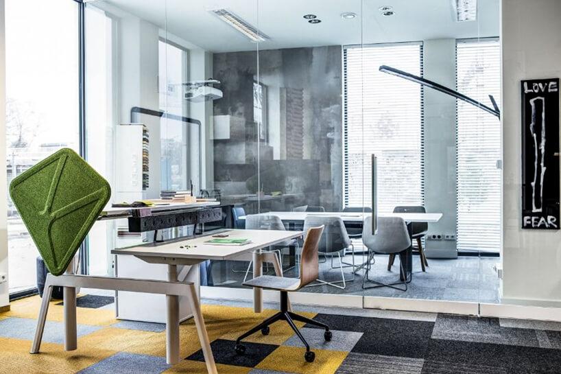 nowoczesne biurka wnowoczesnym open space