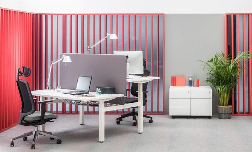 białe regulowane wmałym biurze