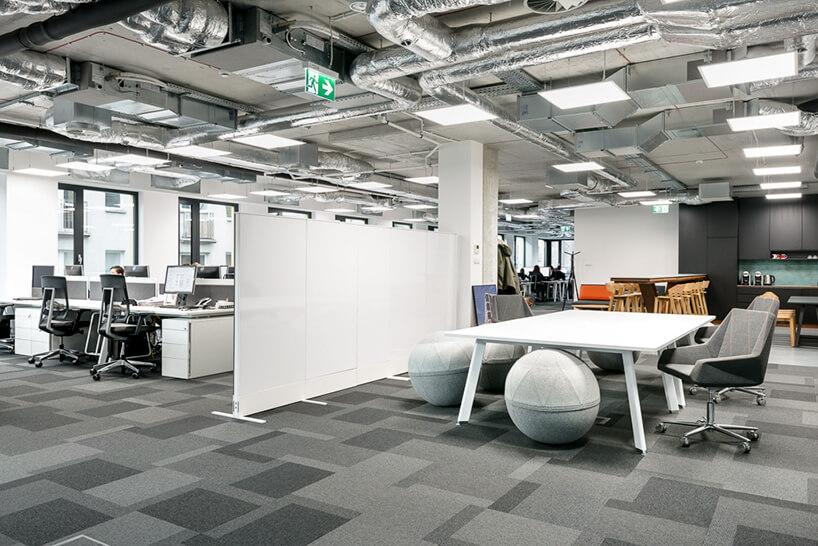 biały open space zmobilnymi ściankami działowymi