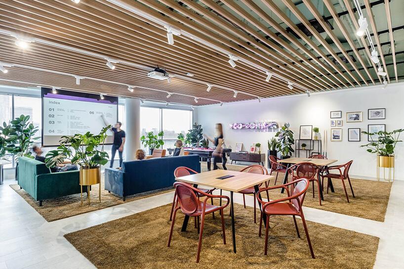 przestrzeń konferencyjna wopen space zniebieską sofą izieloną sofą