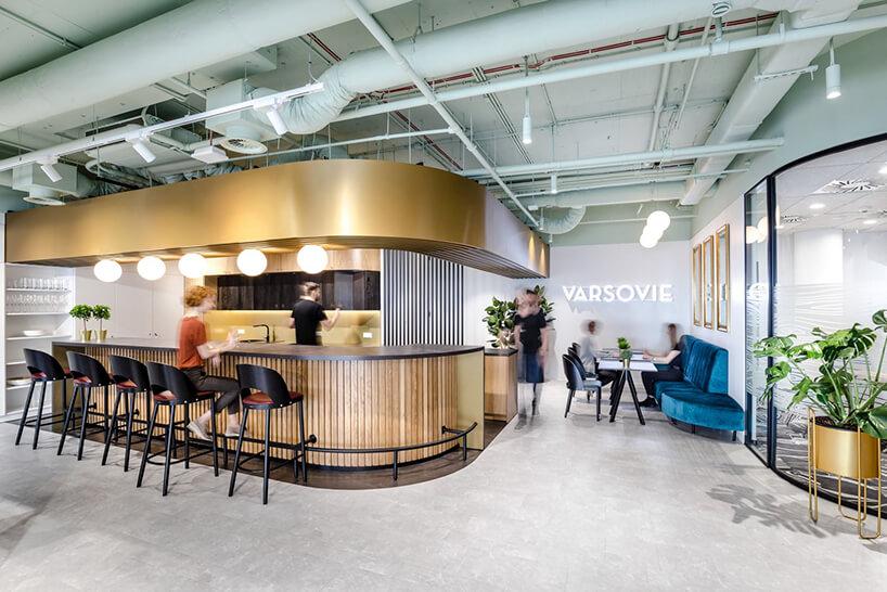 bar wprzestrzeni biurowej open space zwysokim blatem