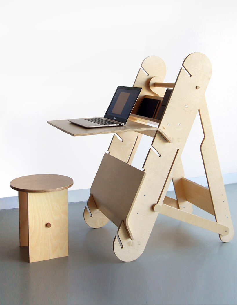 komputer na drewnianym stojaku