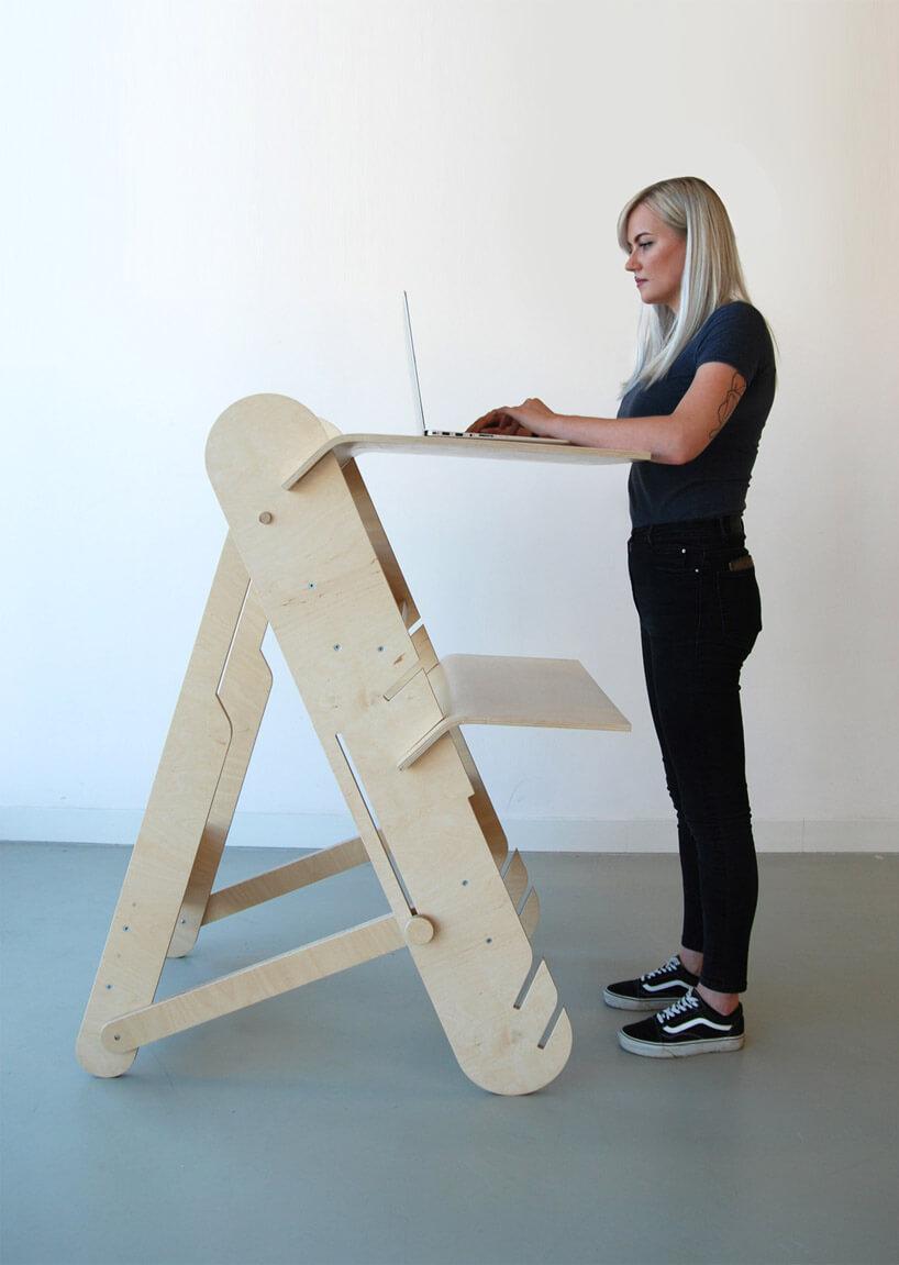 osoba korzystająca ze stolika na laptopa