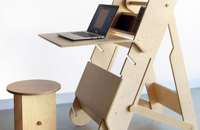 stojak na komputer z drewna