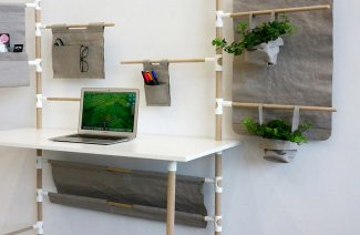białe biurko z elementami osłaniania z szarej tkaniny