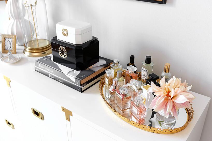 butelki zperfumami na białej komodzie