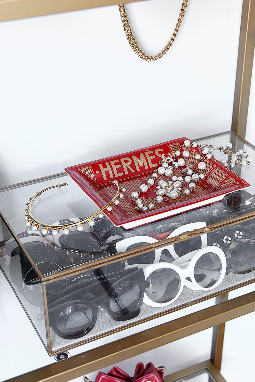 przeźroczyste pudełko pełne okularów przeciwsłonecznych