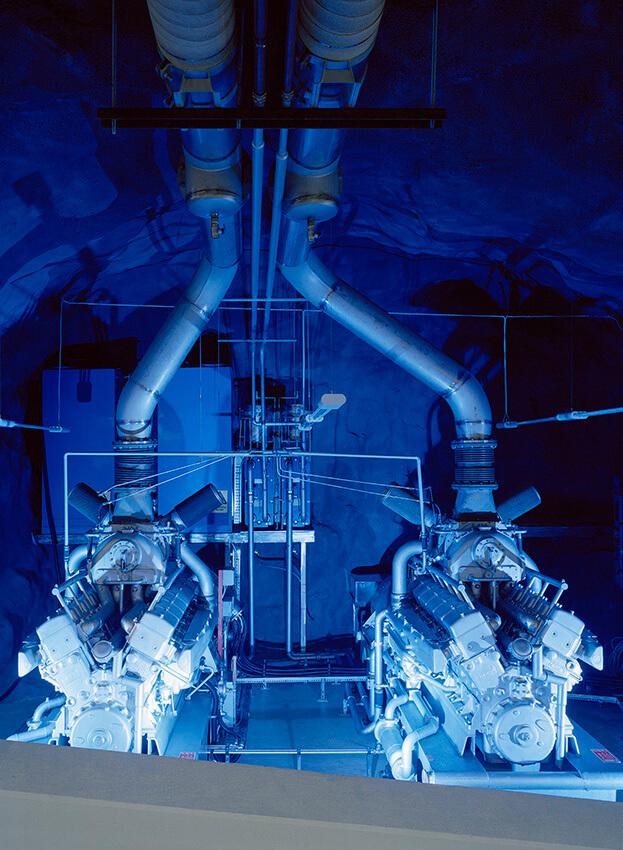 dwa duże niebieskie silniki