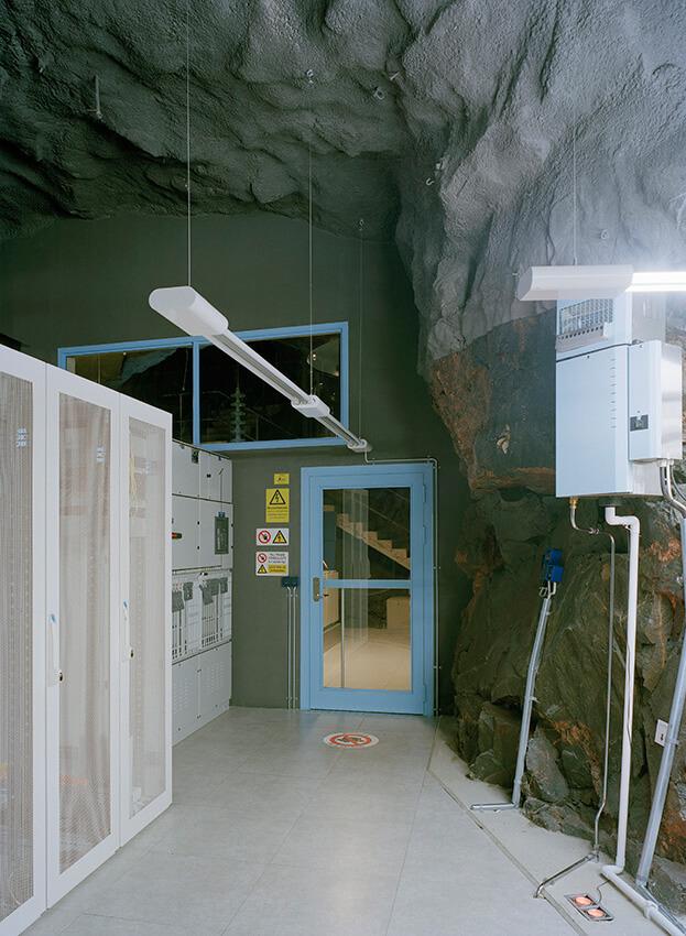 niebieskie drzwi obok szaf it