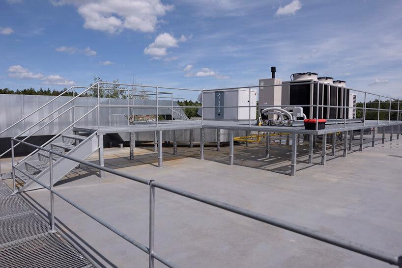 dach budynku zzamontowanymi urządzeniami FLOWAIR do obiegu powietrza