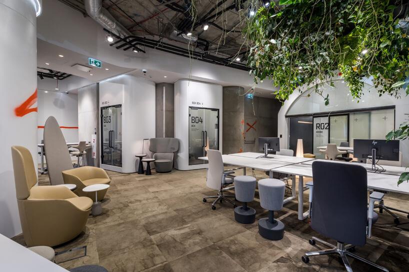 wnętrze biura RBL_ projektu Roberta Majkuta biały zaokrąglony box akustyczny trzy białe boxy akustyczne na obrzeżach białego open space