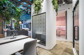 wnętrze biura RBL_ projektu Roberta Majkuta biały zaokrąglony box akustyczny