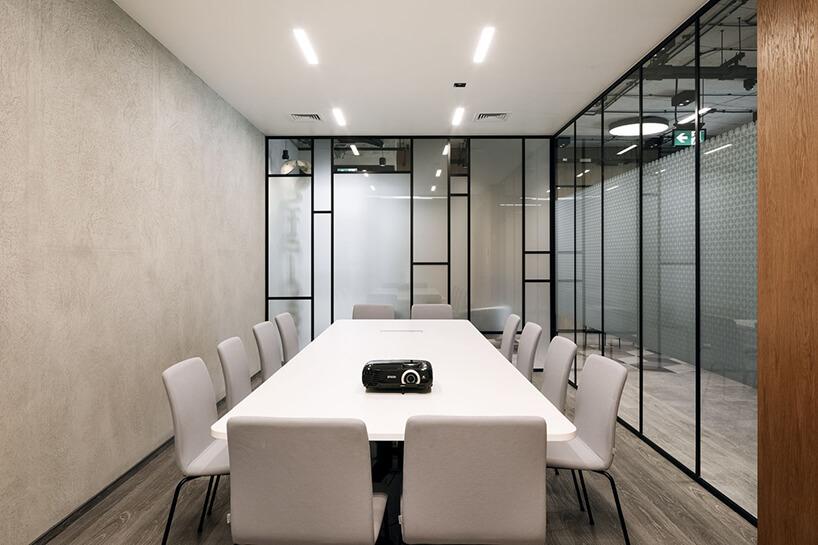 aranżacja biura Stalgast od MADAMA jasny pokój konferencyjny zbiałym stołem ikrzesłami