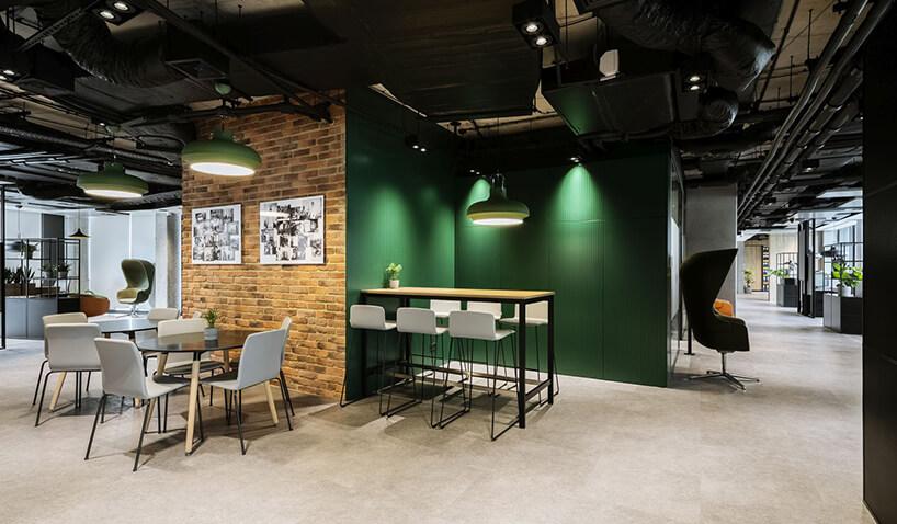aranżacja biura Stalgast od MADAMA przestrzeń odpoczynku zróżnymi miejscami do siedzenia