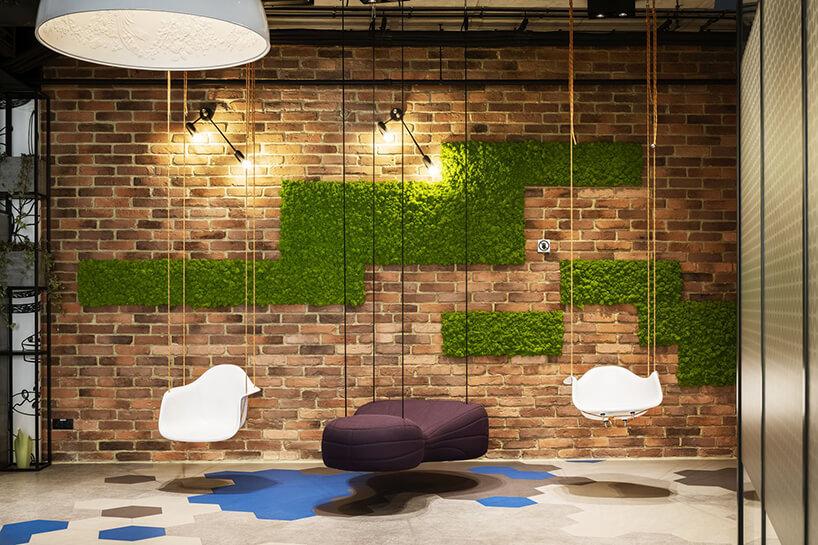 aranżacja biura Stalgast od MADAMA podwieszane do sufitu siedziska na tle ceglanej ściany zmchem